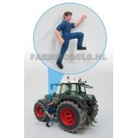 Chauffeur Tracteur qui monte dans sa cabine