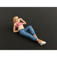 Femme allongée en jean